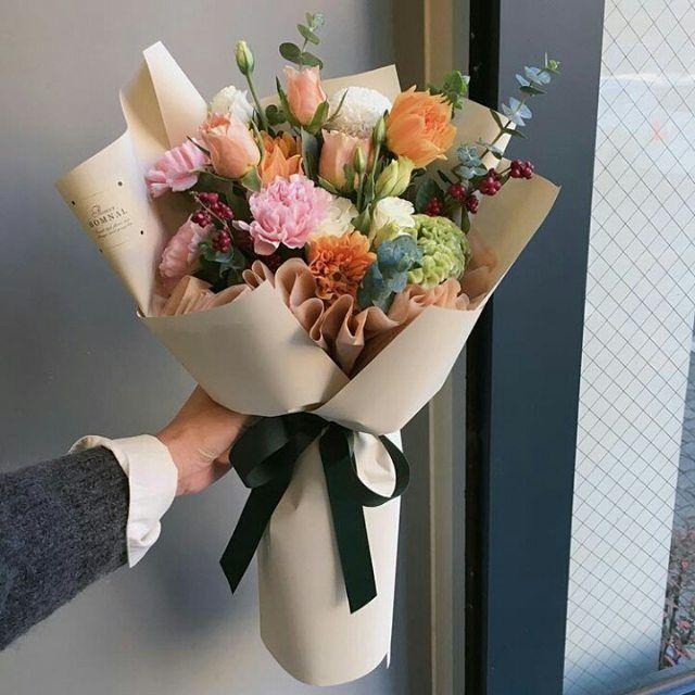 اللون والبهجة والجمال مميزات إضافية تعطيها لنا الزهور زهور موضة فاشن تنسيق زهورلللناس الرايئه اناقة موضة اطواق بنات مجسام Flowers Planter Pots Planters
