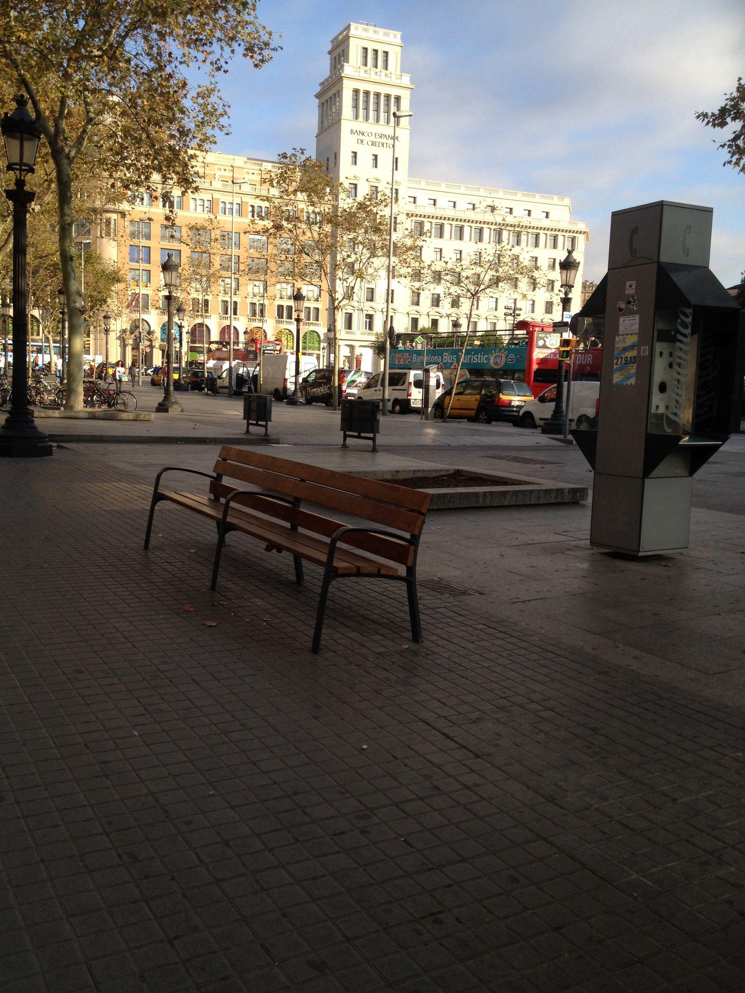 08-10 Plaça Catalunya, sol solet!!! Comença a refrescar per la tardor