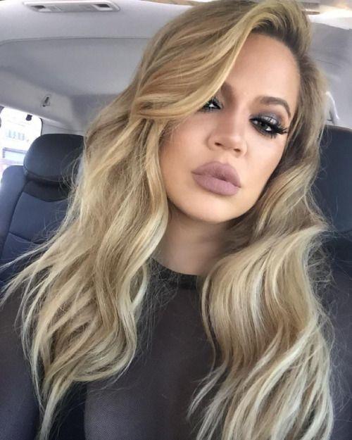 Perfect Khloe Kardashian With Long Blonde Hair Waves And Smokey