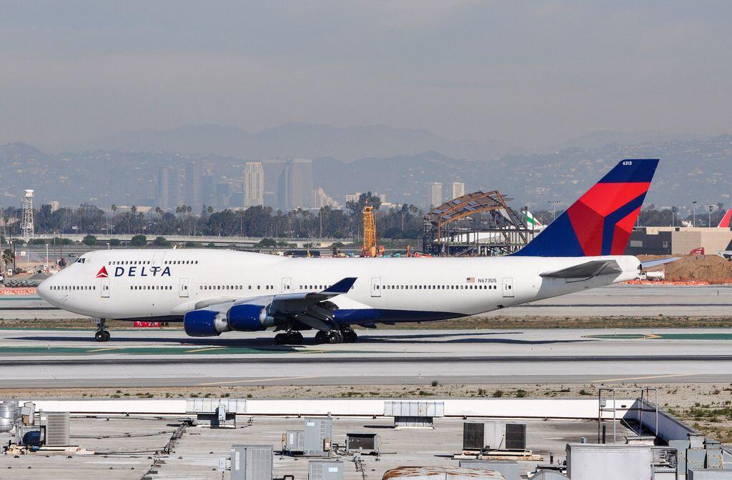 Delta Air Lines 747451 arriving at LAX_20101127 Delta