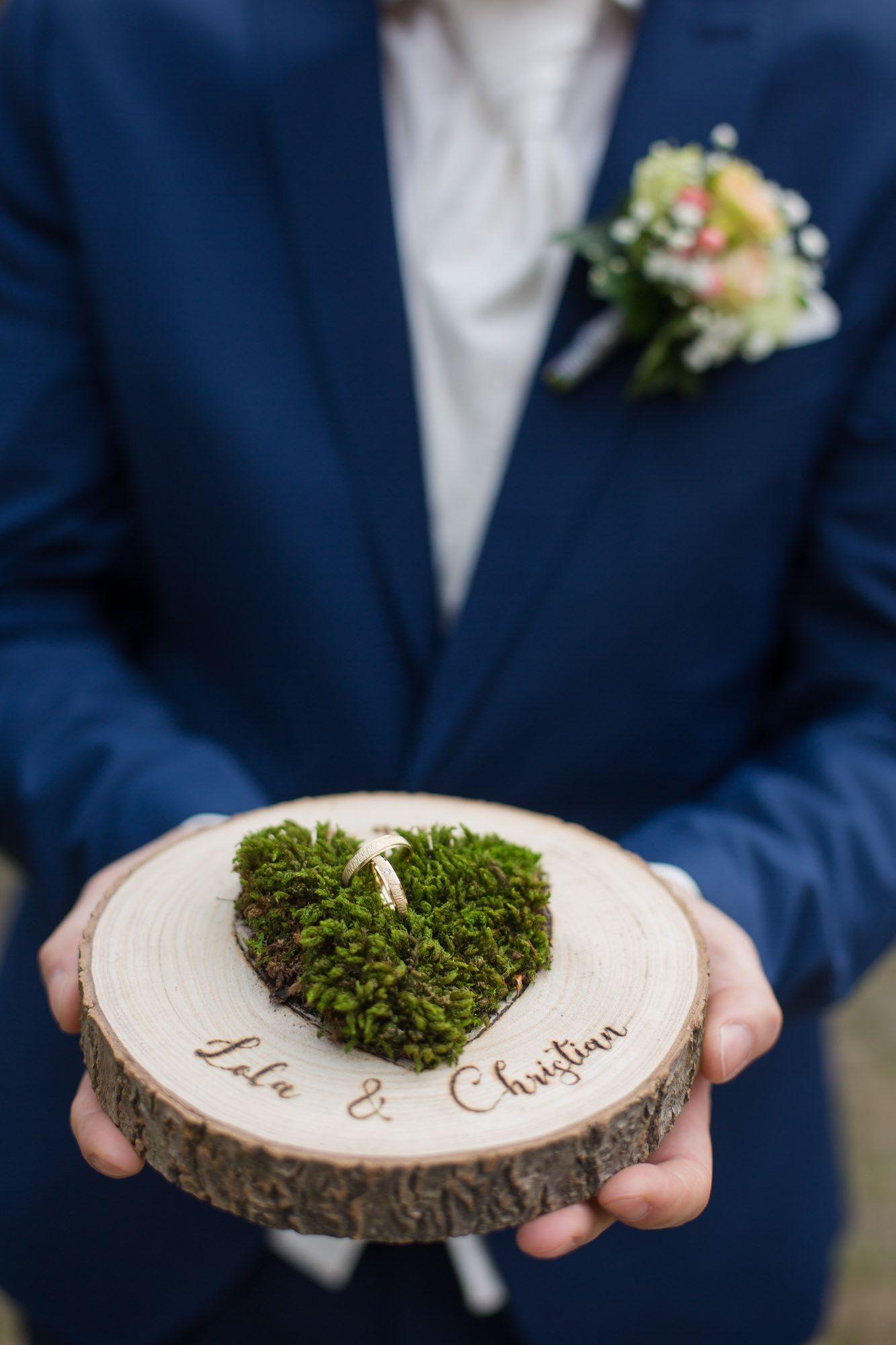 Ringkissen Aus Holz Mit Moos In Form Von Herz Ringkissen Hochzeit Hochzeit Kissen Hochzeit Deko Selber Machen