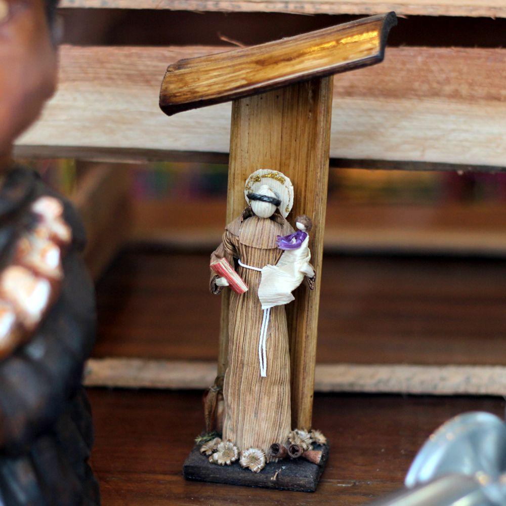 Aristides é um artesão de Itararé, São Paulo, e trabalha com o artesanato feito em palha de milho há dez anos. O Santo Antônio é feito por ele, que também usa em suas artes materiais como cascas de eucalipto, cipó e a semente pente de macaco.  // Aristides Antônio Almeida is a craftsman of Itararé, São Paulo, and works with the crafts made of corn straw for ten years. The St. Anthony is done by him, who also uses materials in his arts like eucalyptus bark, vines and monkey-comb seeds.