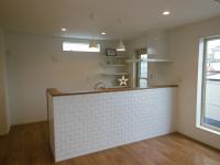 ldkの対面キッチン 腰壁にはレンガ調に白のタイルが貼られシンプルながらも温かみがある素敵な空間になりました 壁タイル キッチン 壁