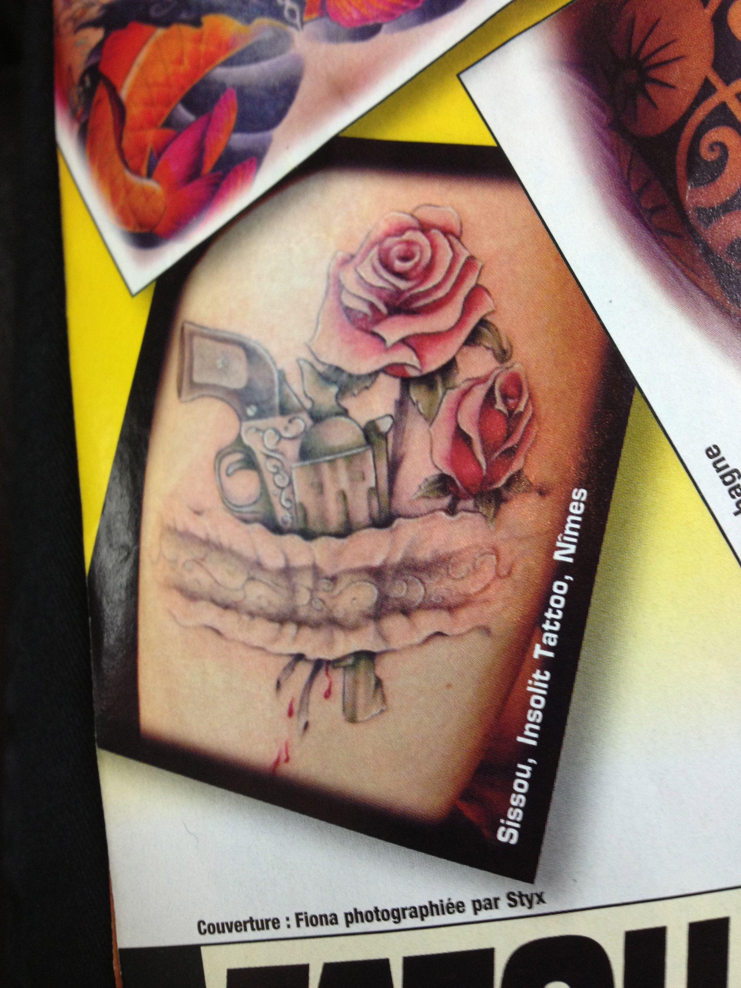 Tattoo Pistolet Avec Roses Sur La Cuisse Dans Une Jarretiere