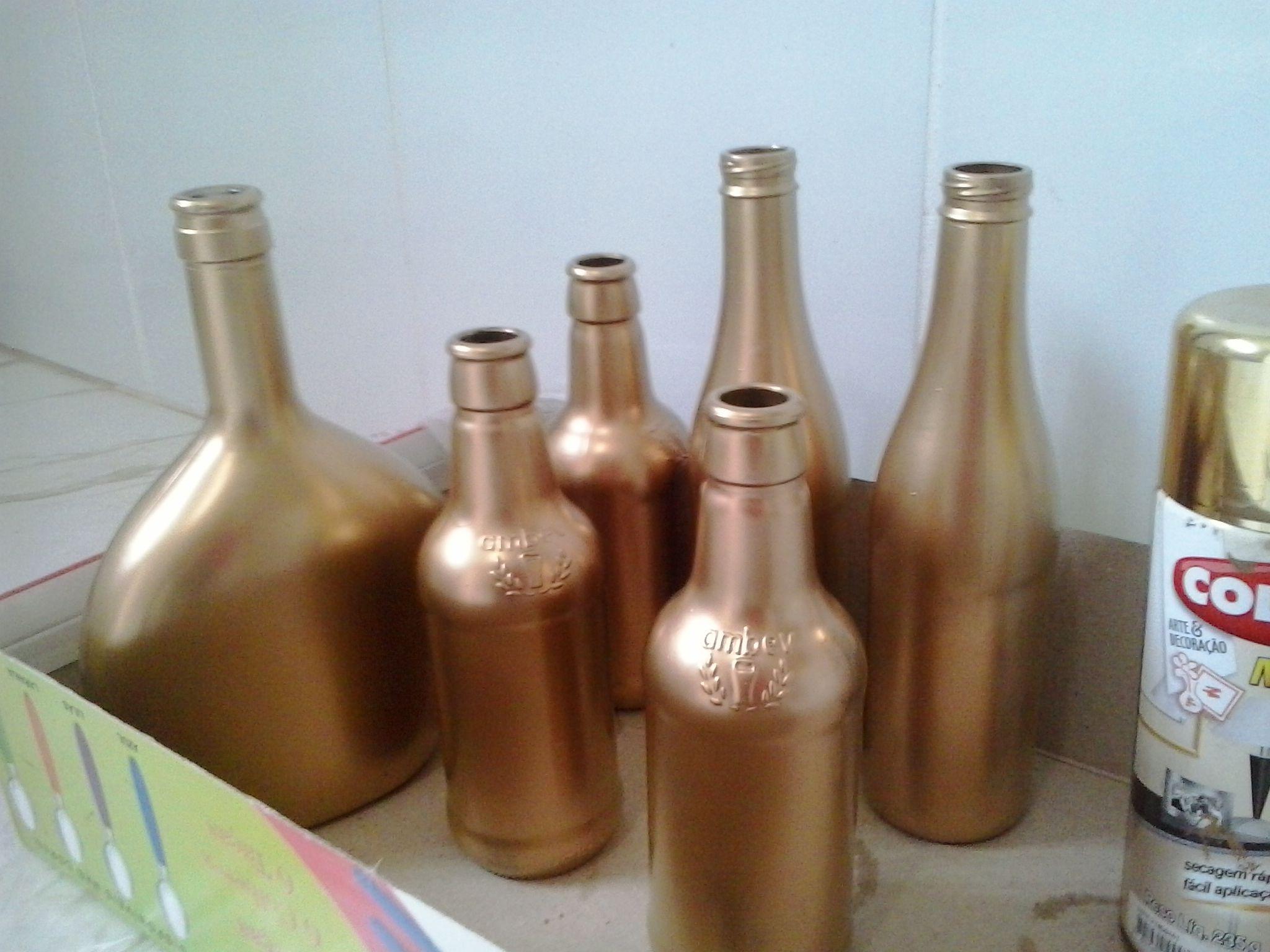 garrafas pintadas com tinta spray dourada