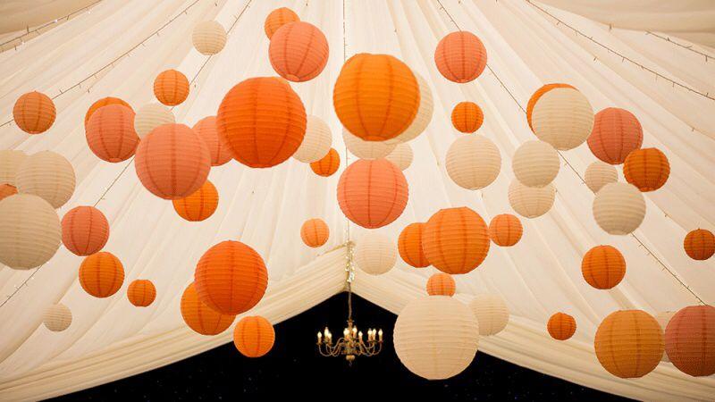 Oranje met witte lampionnen ter decoratie van je bruiloft erg origineel oranje met witte - Decoratie terrace ...