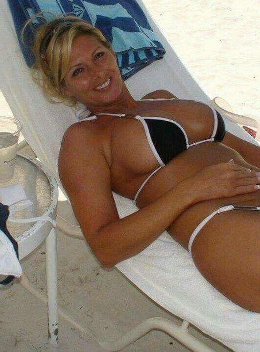 Busty older bikini women, young foto