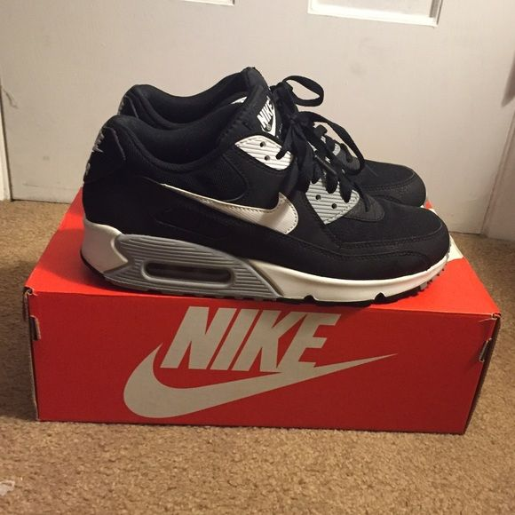 Nike air max 90 essential Sz 9 women's Black, grey and white color. Very