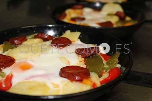 Huevos satanasa (con patatas panadera y chorizo picante)   Restaurante La Escondita en A Coruña