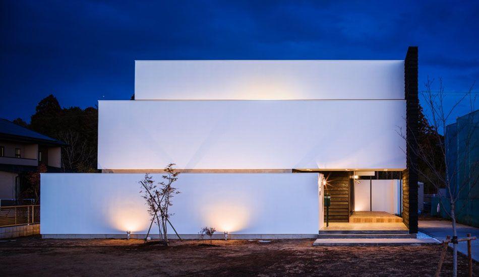 Étrange maison contemporaine apparemment sans fenêtre mais lumineuse