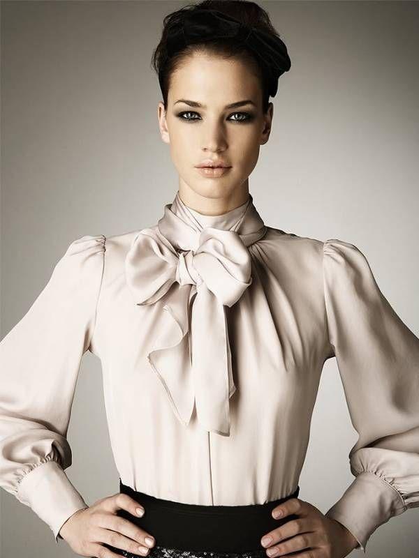 Многие дизайнеры предлагают актуальные блузки с бантом ...