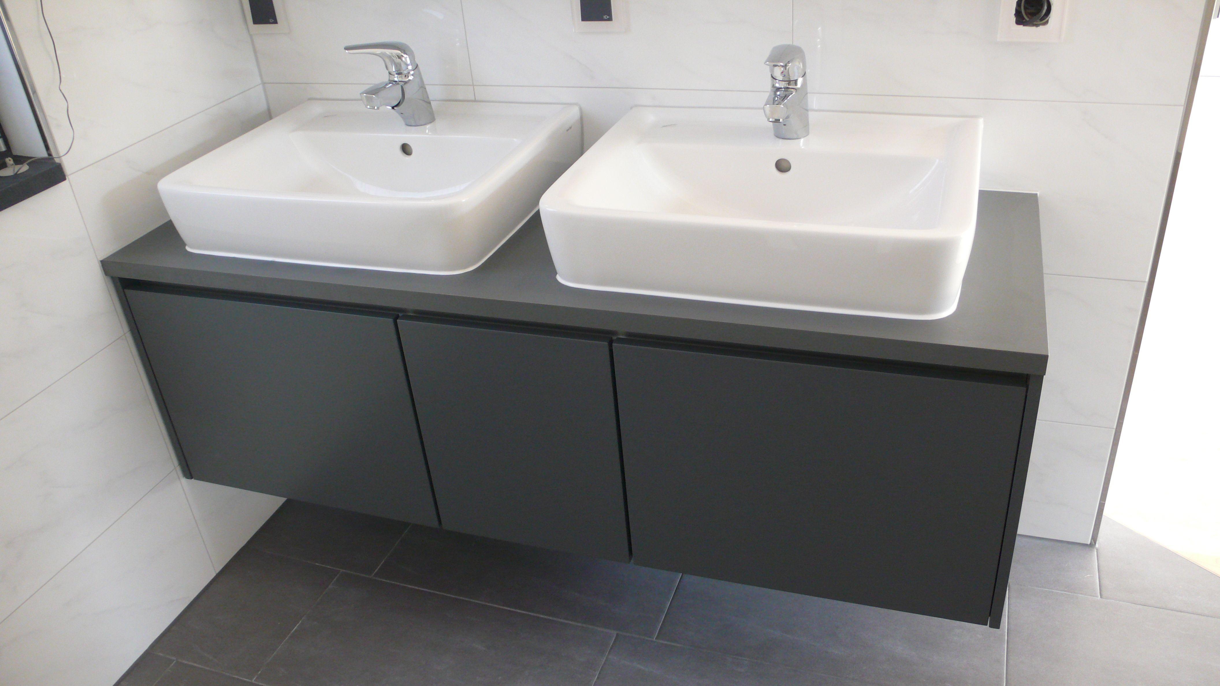 Tolle Optik Fur Das Badezimmer Waschtischunterschrank In Dunklen Farben Mit Einem Modernen Weissen Waschbecken Waschtischunterschrank Waschbecken Badezimmer