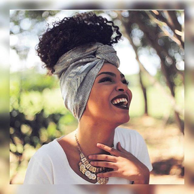 Boa tarde poderosas! @larisis #goodafternoon #boatarde #feliz #turbante #fashion #turbantes #estilo #afro #turbanista #instafashion #cachos #turbanstyle #turbans #afrohair #negras #lenço #look #black #acessórios #blackpower #bandanas #africa #cachosbra #preta #hair #moda #turban #hairstyle #negrasepoderosas