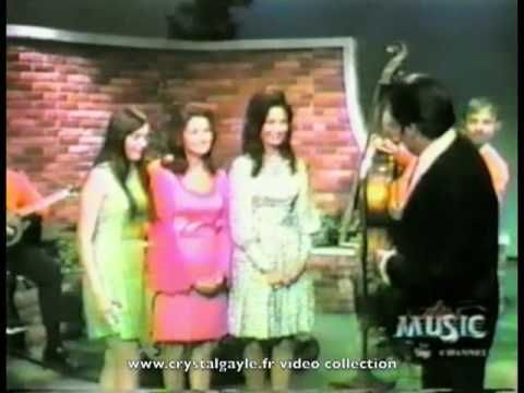Crystal Gayle First TV 1970 - ribbon of darkness over me - YouTube