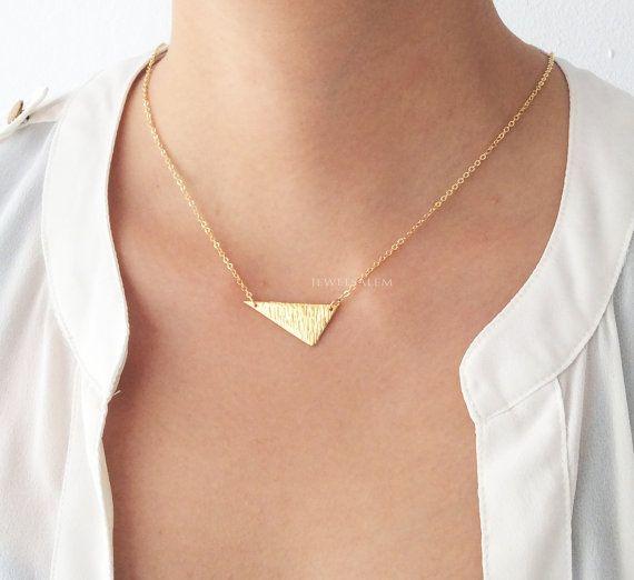 A, collier délicate moderne faite dor.    Pour les autres bijoux modernes, consulter la collection C1: