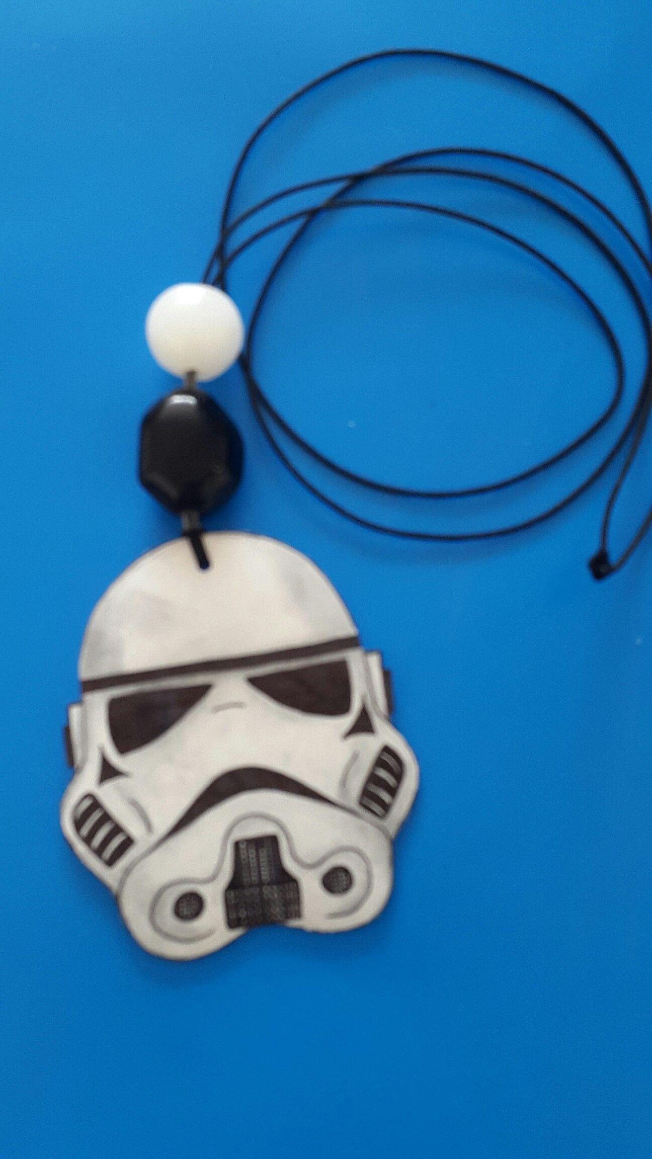 Frihåndstegning af Stormtrooper i krympeplast = halskæde