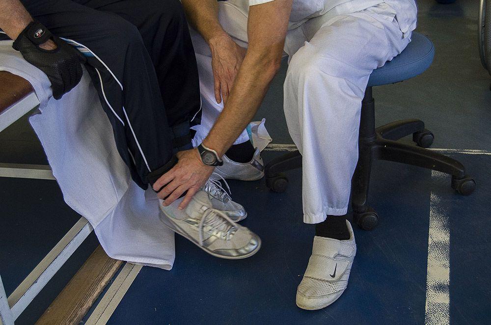 Fisioterapeuta con un paciente en el hospital nacional de parapléjicos.