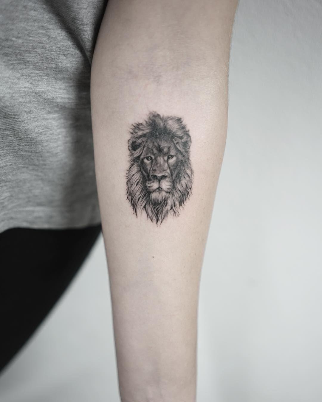 Lion Tattoo Fineline Realism Tattoo Fineline Tattoo Bern Tattoo Schweiz Switzerland Tattoo Tattoo Studio Bern Fema Neck Tattoo Neck Tattoos Women Tattoos