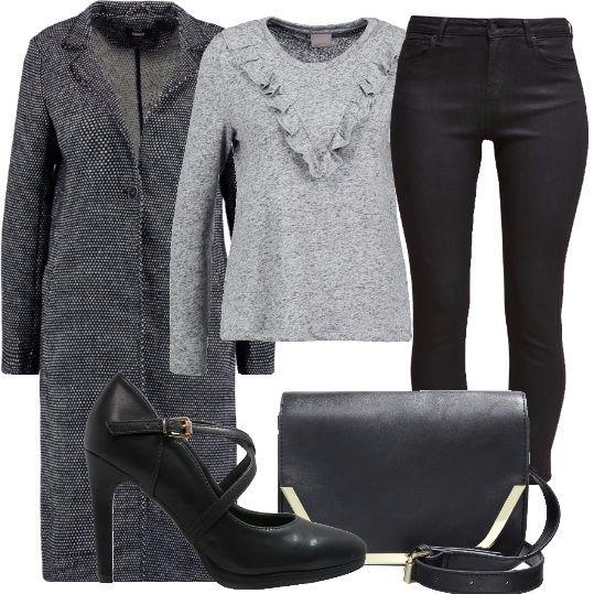 Tenera è la felpa, grigio chiaro, melange con le ruches sul seno. La abbiniamo ad un paio di jeans neri, stretti, al cappotto classico, bianco e nero, alle scarpe col tacco alto, nere e alla borsa a tracolla nera, con inserti in metallo.