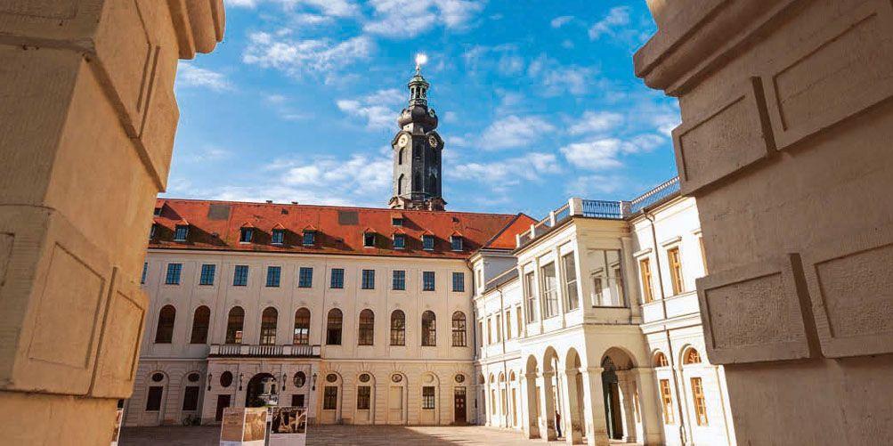 Het Residentieschloss in Weimar is door een brand grotendeels verwoest; onder supervisie van Goethe verscheen in 1803 ht nieuwe slot