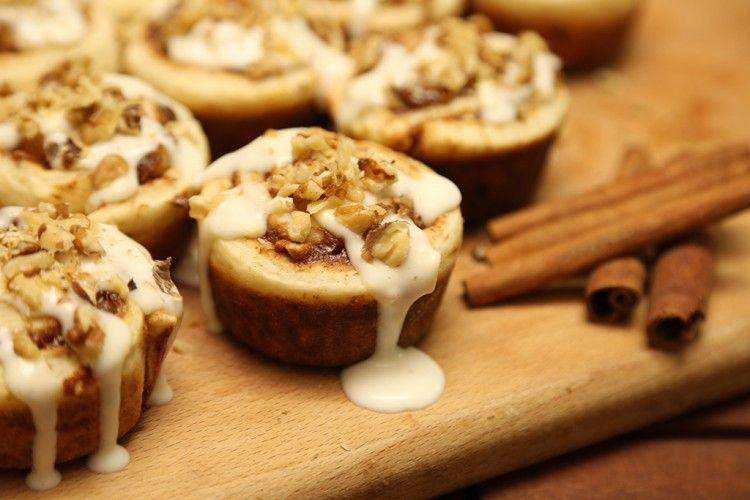 السينابون من الحلويات الخفيفة والمميزة بإضافة القرفة لها لتضفي عليها طعم ورائحة مميزة وطيبة تعلمي بالفيديو طريقة عمل السينابو Desserts Food Stuffed Mushrooms
