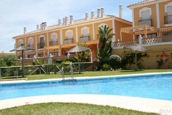 House beach in Islantilla. Andalusia. Features paddle, garden, swimming-pool and golf course. #golf #holidays #homeexchange