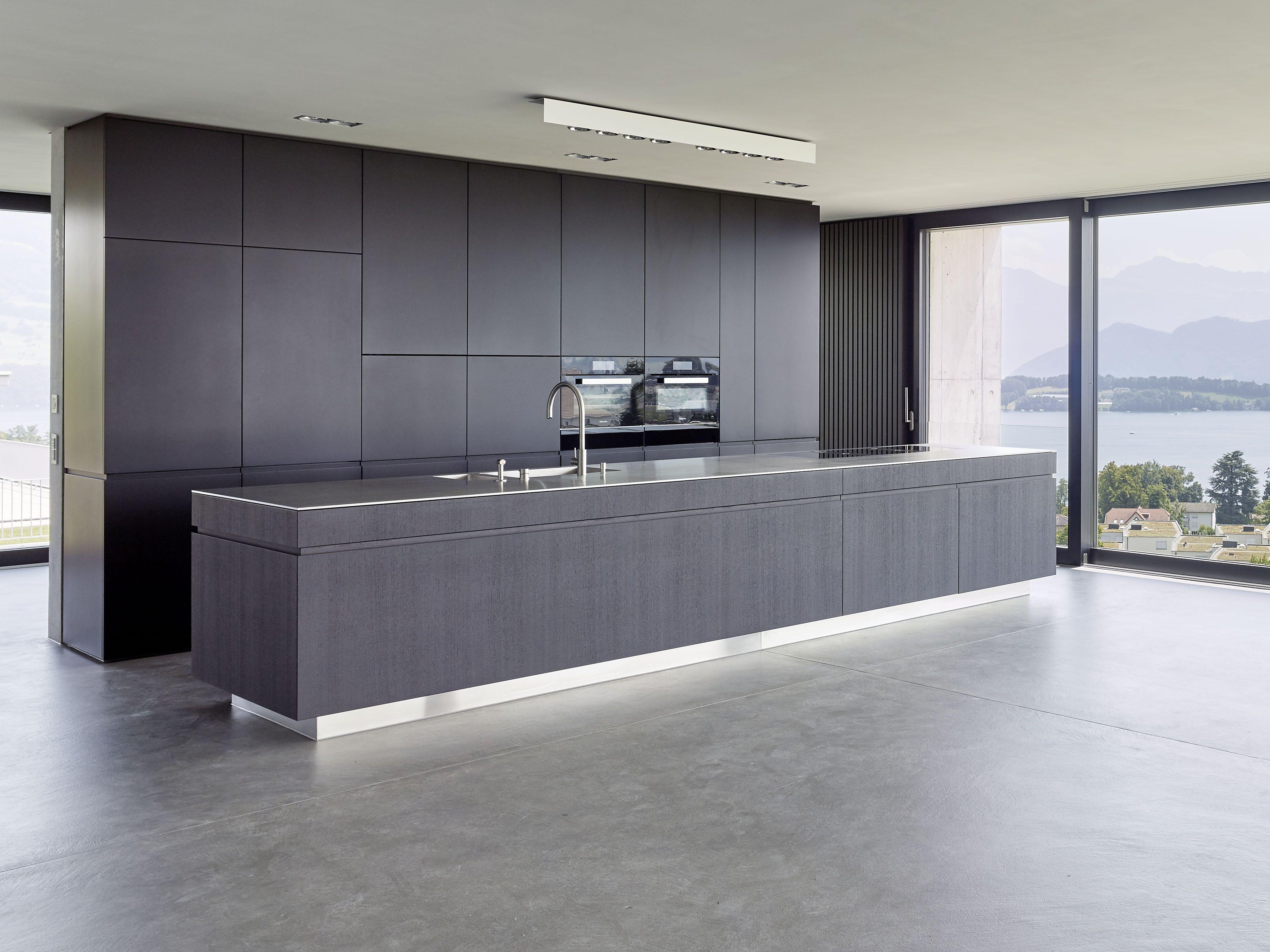 Küche mit 8 mm Edelstahlabdeckung. Fronten in Eiche