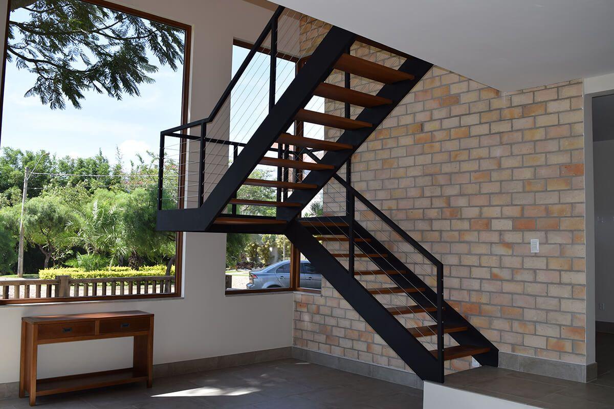Resistente e imponente, a escada entre vigas é um modelo indicado para  ambientes amplos, em que a escada será um elemento de destaque na decoração. bf760c8d48