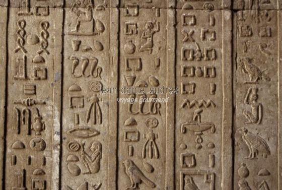 Hiéroglyphes au temple de Hathor à Dendérah (EGY-0136.jpg)