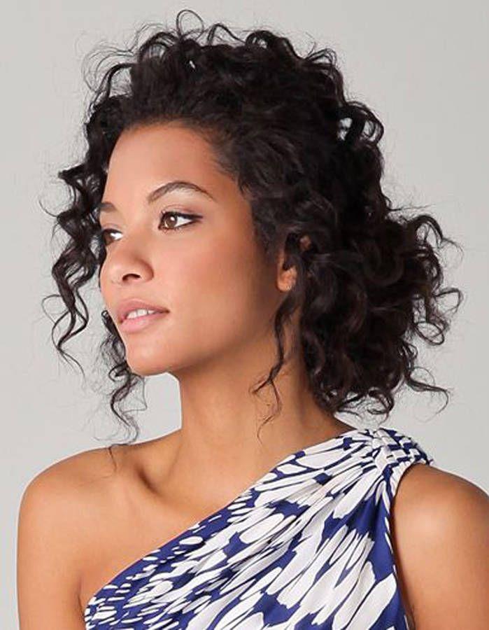 Coiffure cheveux frisés chignon - Cheveux frisés : nos plus jolies idées pour les coiffer - Elle ...