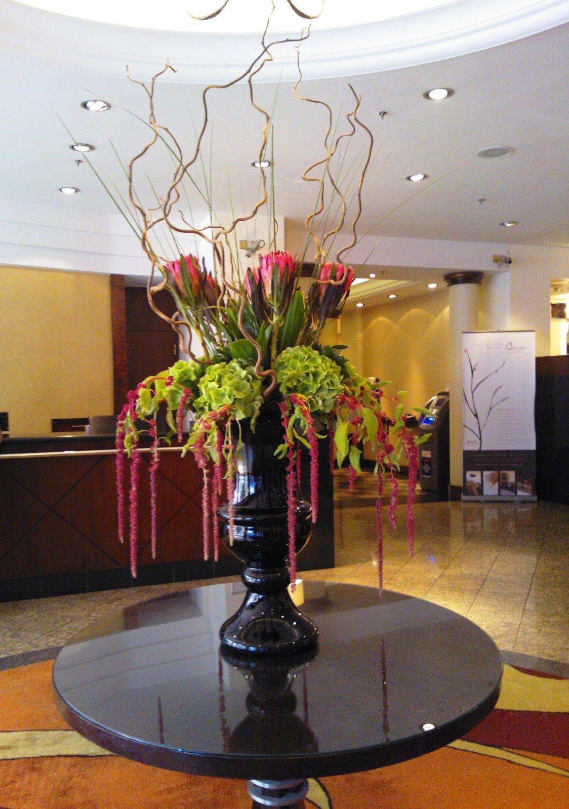 Dramatic flower arrangement in the london marriott hotel for Hotel foyer decor