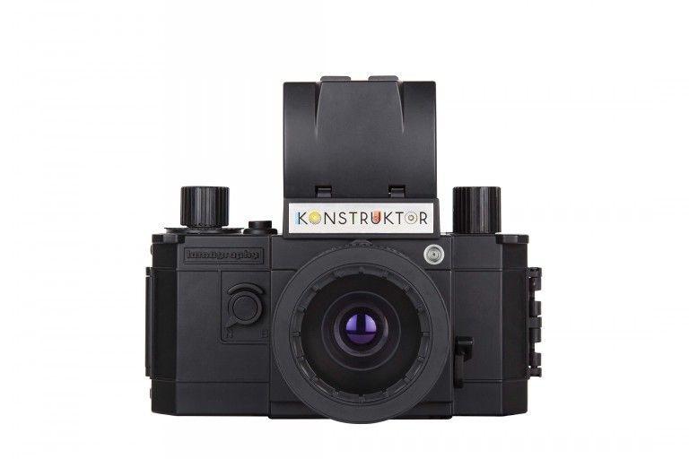 Appréciez prendre des photos par n'importe quelles conditions de lumière avec cette version du Konstruktor compatible avec un flash.