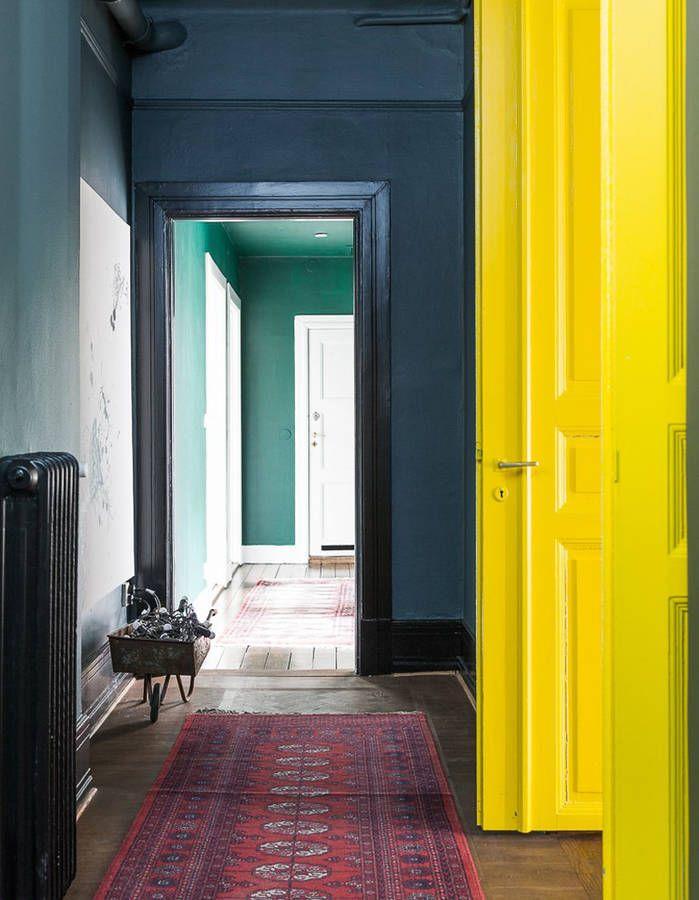 Peindre son couloir via des murs bleus et des portes jaune citron