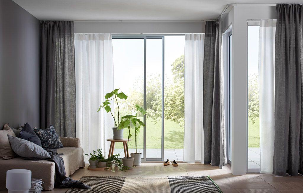 Een lichte woonkamer met twee lagen witte en beige doorschijnende ...