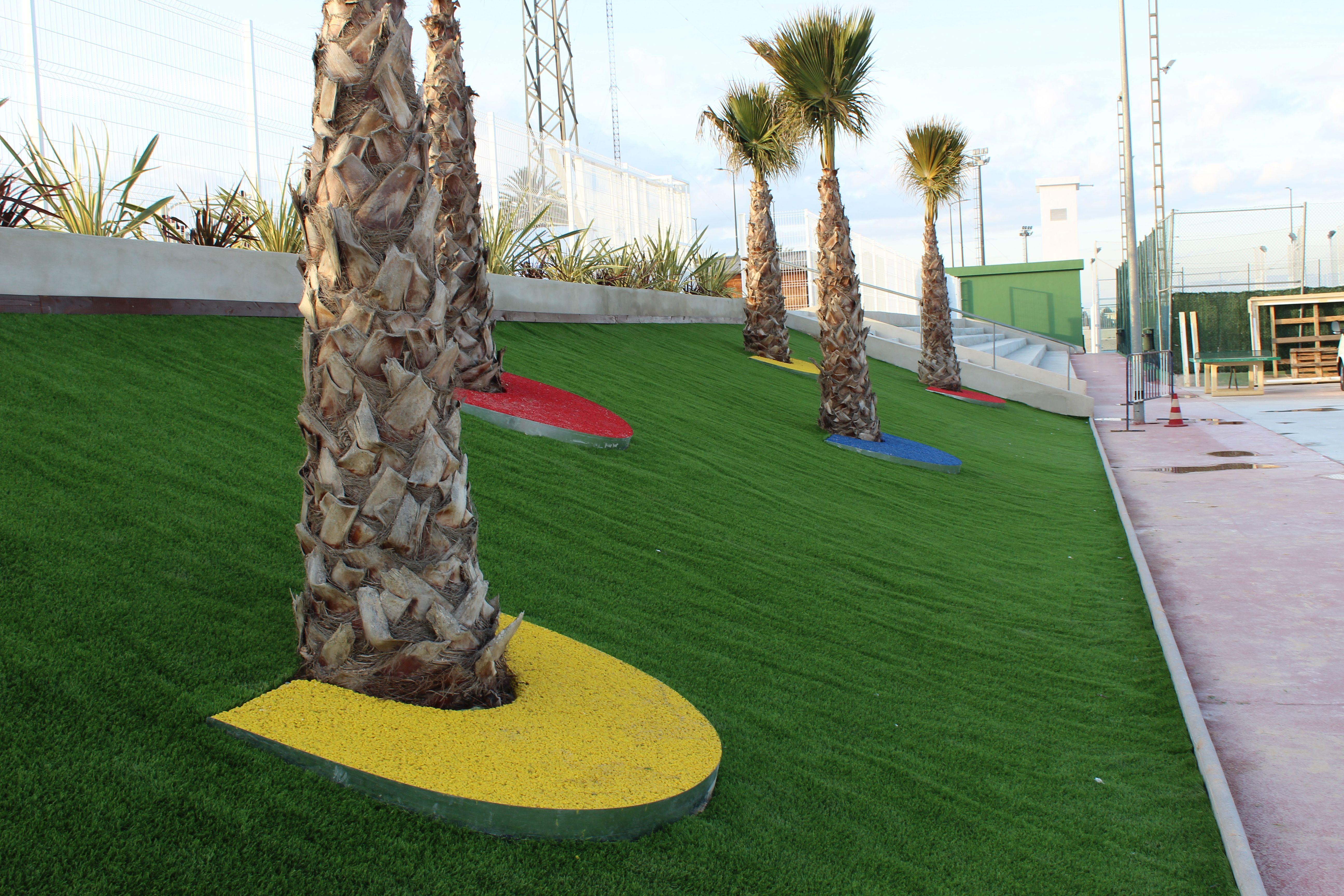 Remodelaci n de un talud con c sped artificial y palm ceas for Remodelacion de jardines