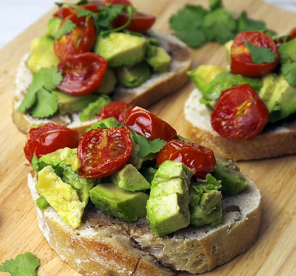 6 slices of bread 2 ripe avocados 12 baby/cherry tomatoes Juice of 1/2 lemon Olive oil Balsamic vinegar Fresh coriander, chopped Optional - a sprinkle of chilli flakes for some heat Preheat your oven to 200*C/400*F. Slice the cherry tomatoes in half and place them in a small bowl. Drizzle…