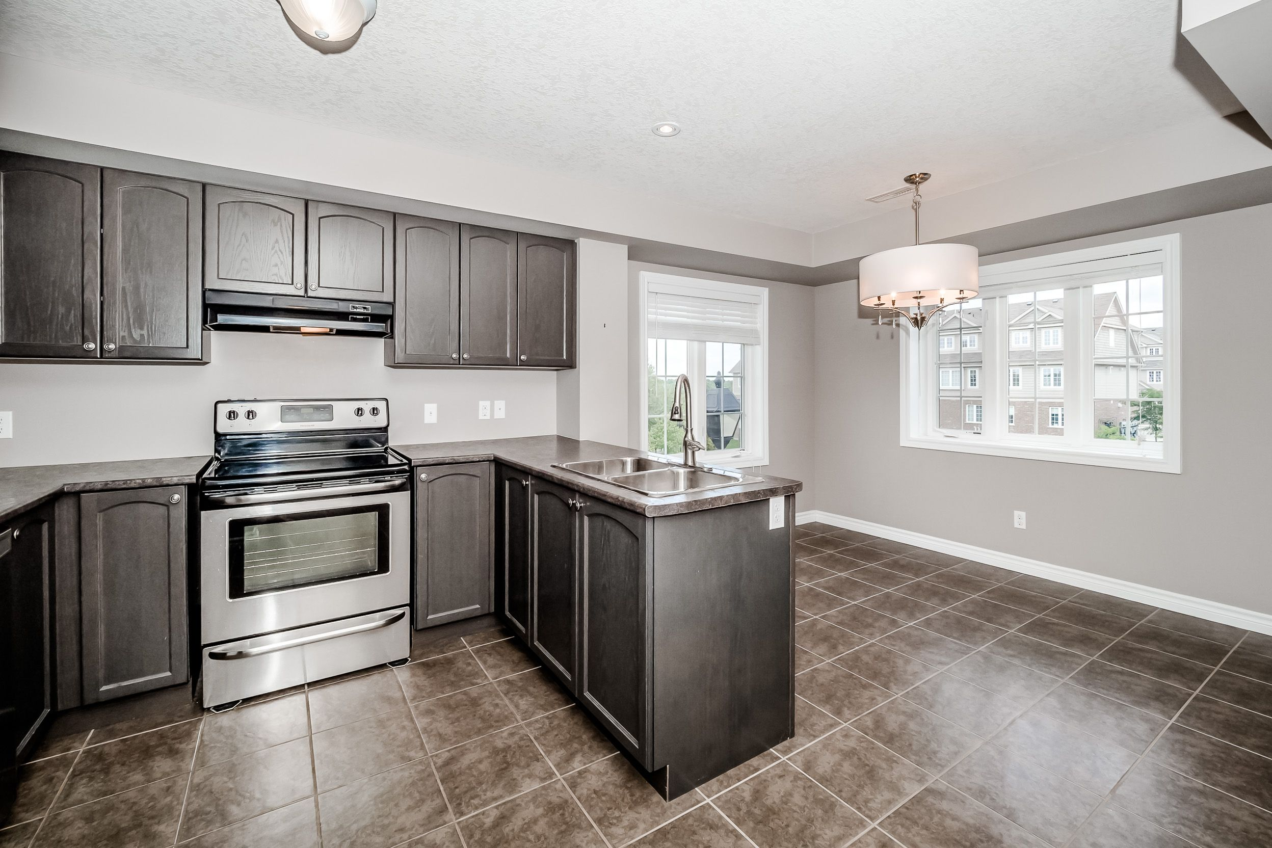 Guelph Townhouse With Amazing Views Kitchen Dining Combo