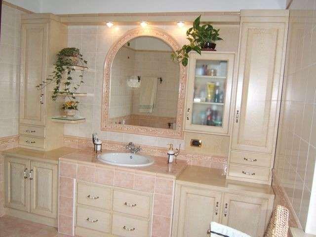 Arredo casa in campagna bagno rosa e crema crema rosa for Arredo bagno in muratura