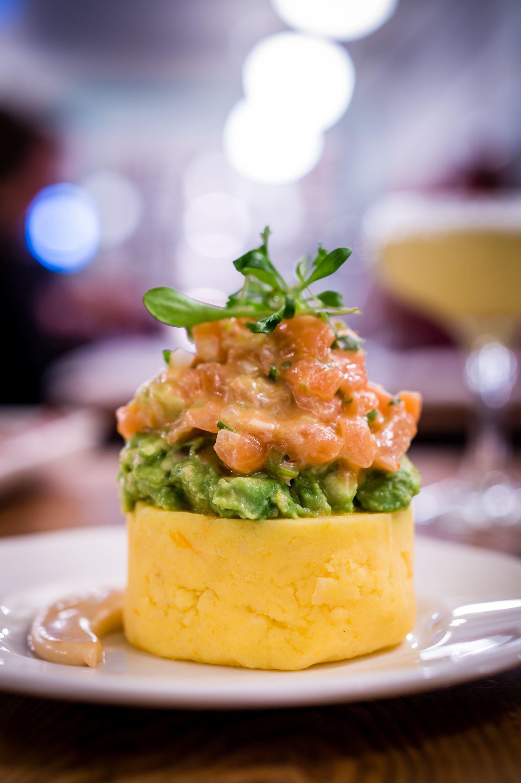 Causa Lolo Fernández Salmon Tartare Avocado And Spring Onion On A Smooth Potato Cake With Rocoto Mayo Comida Peruana Entradas Comida Comida