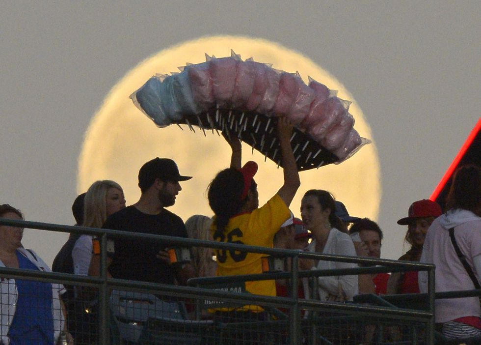 Fotogalería: Llega la 'superluna'   ..La súper luna vista en Anaheim, California, durante un partido de futbol