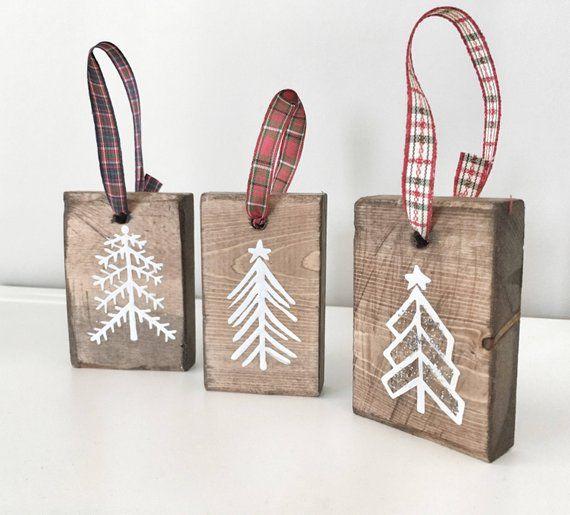 Diese rustikale Holz von handbemalt Weihnachtsbäume sind ein einzigartiges Stück für Ihren Weihnachtsbaum für die Ferienzeit! Dieses Angebot ist für einen Satz von drei handbemalt weiße Tannenbäume auf Nussbaum gebeizt Holz-Stücke und ein Stück wurde bestreut mit Glitzer für ein #ribbononchristmastreeideas