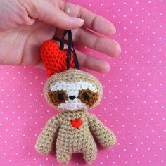 sloth keychain with heart #sloth #niggyarts #kawaii #cute #crochet #häkeln #keychain #handarbeit #handmade #slothkeychain #crochetsloth #amigurumi #kawaiisloth #heart #glücksbringer #instacrochet #crochetofinstagram
