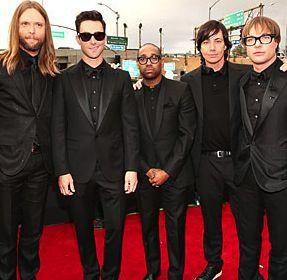 Los chicos de Maroon 5 en su paso por la alfombra roja de los #Grammys