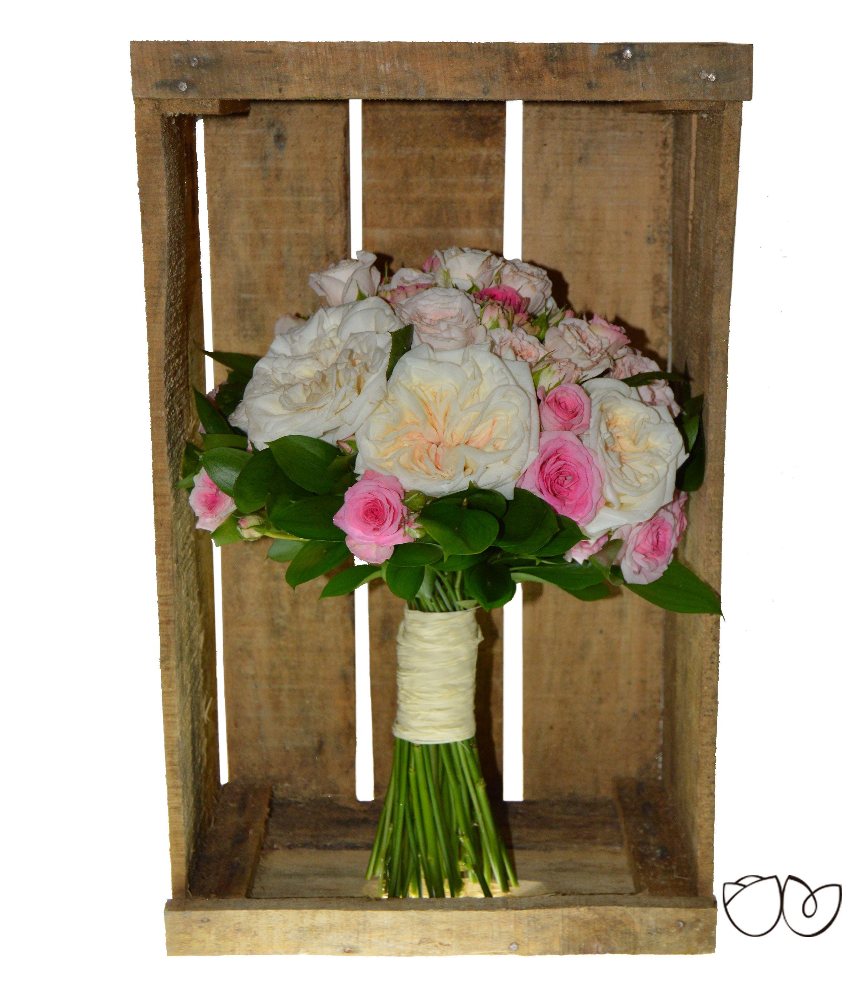 ∞ Laguna Rosa ∞ La rosa es una de las flores más preciosas que se puede encontrar. Si para tu ramo de novia quieres un clásico bouquet de un único tipo de flor tienes este de rosas blancas y rosas. Elaborado con grandes rosas de jardín color blanco roto y con rosas de pitiminí color rosa adornado con verdes variados, deja los tallos a la vista recogidos con una cinta.