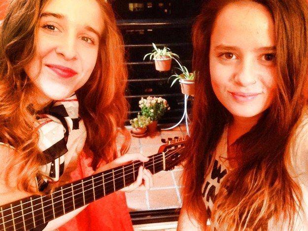Estas dos chicas argentinas tocan temas de cumbia con su guitarra y la rompen en YouTube