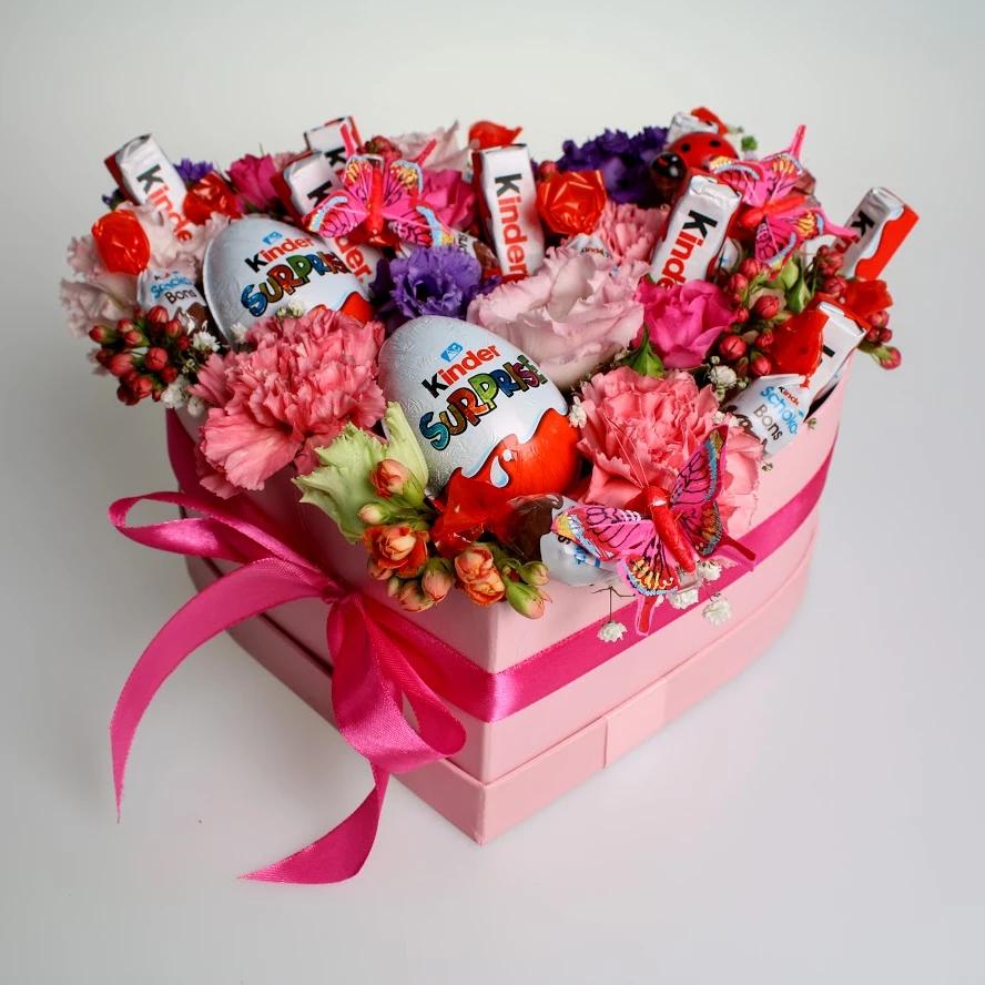 Box sweet pink Kinder | Kvety pre Vás Kvetinový box s mixom sezónnych  kvetov a čokoládkami Kinder. in 2020