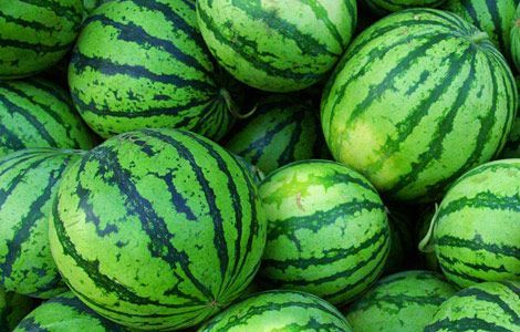 to Cut a Watermelon I think having watermelons would be a nice summery touch, no?I think having watermelons would be a nice summery touch, no?
