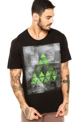 Camiseta M. Officer Triângulos Preta, com estampa geométrica frontal, mangas…