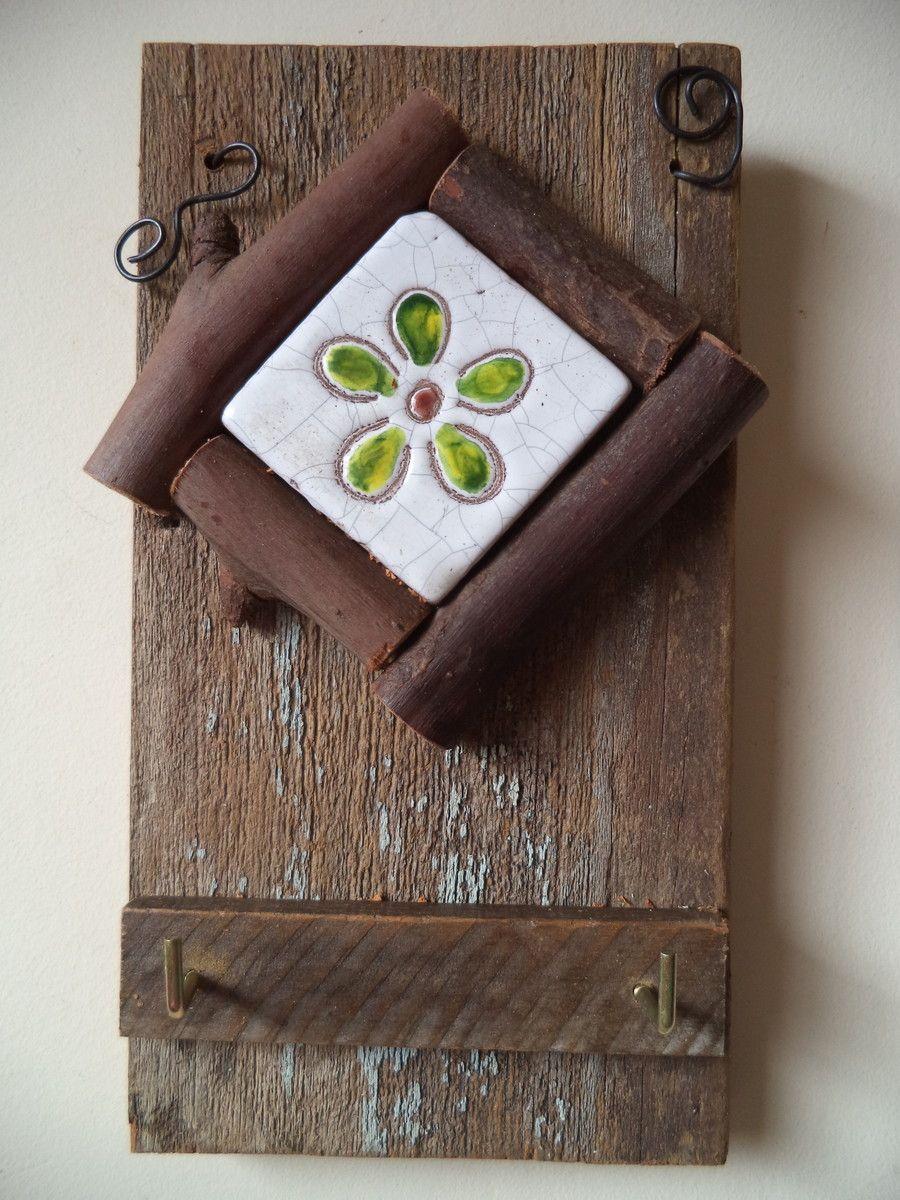 Aparador Mdf Cru ~ Porta chaves em madeira de demoliç u00e3o com uma peça de cer u00e2mica aplicada com moldura em eucalipto