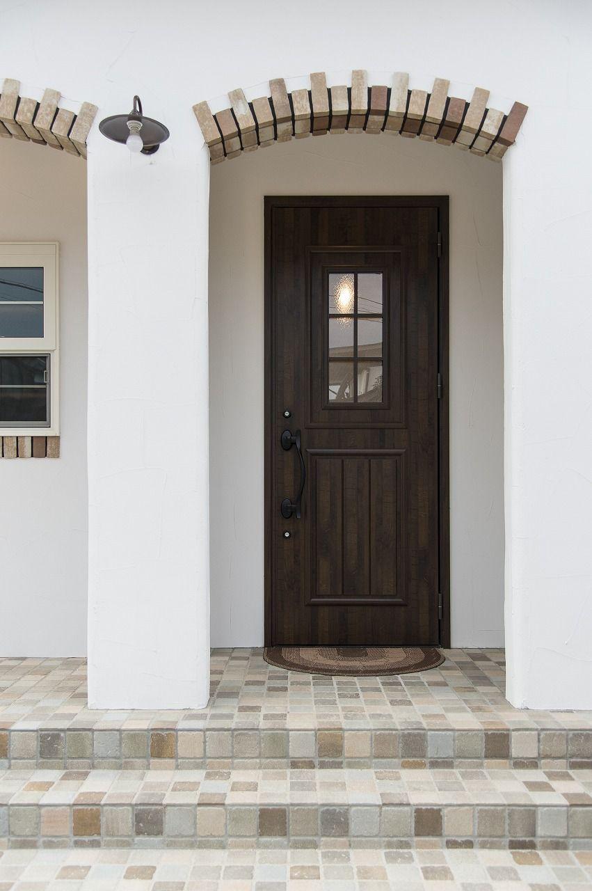シンプルナチュラルな玄関ドア ブルースホーム小倉 玄関ドア リクシル 玄関 デザイン 玄関 モルタル